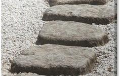Stenen stap tegels in grind